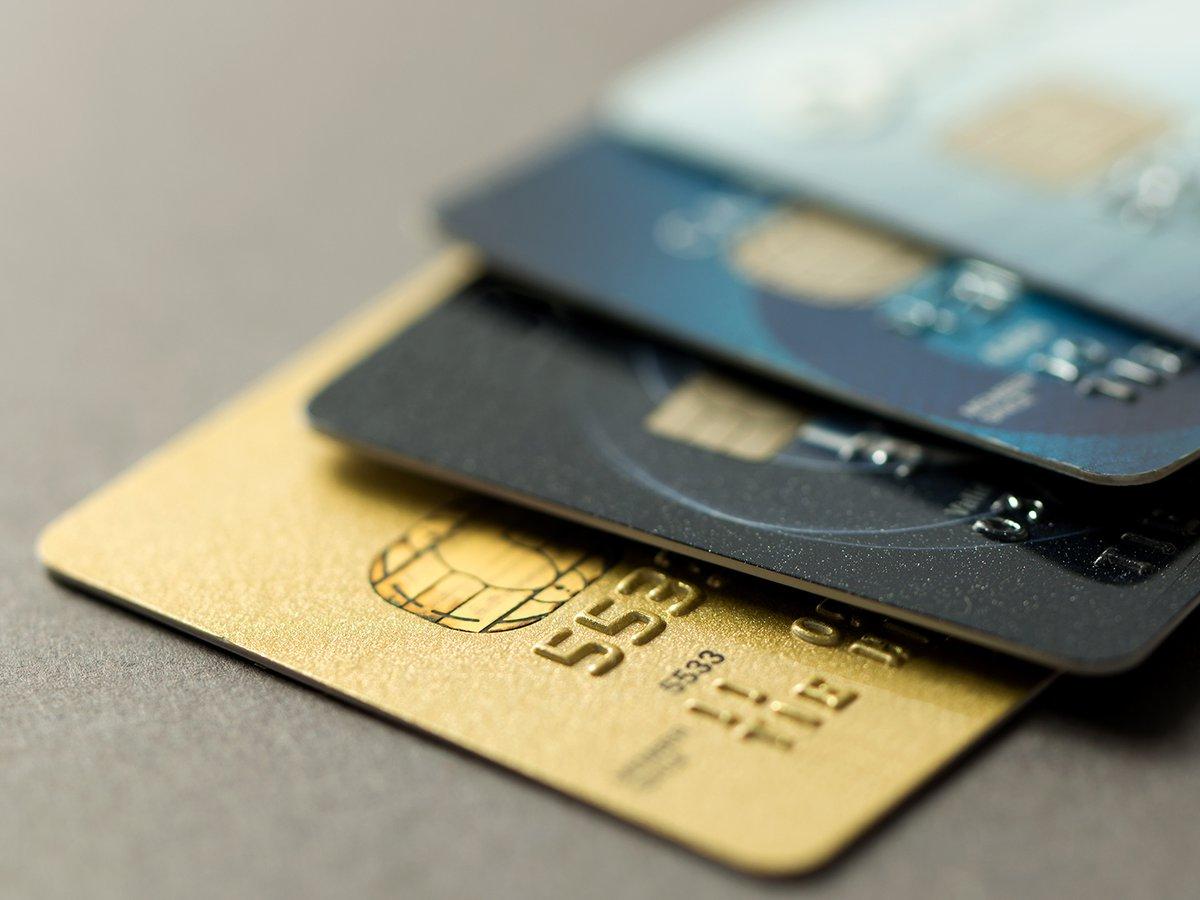 Foto de cerca de cuatro tarjetas de crédito apiladas